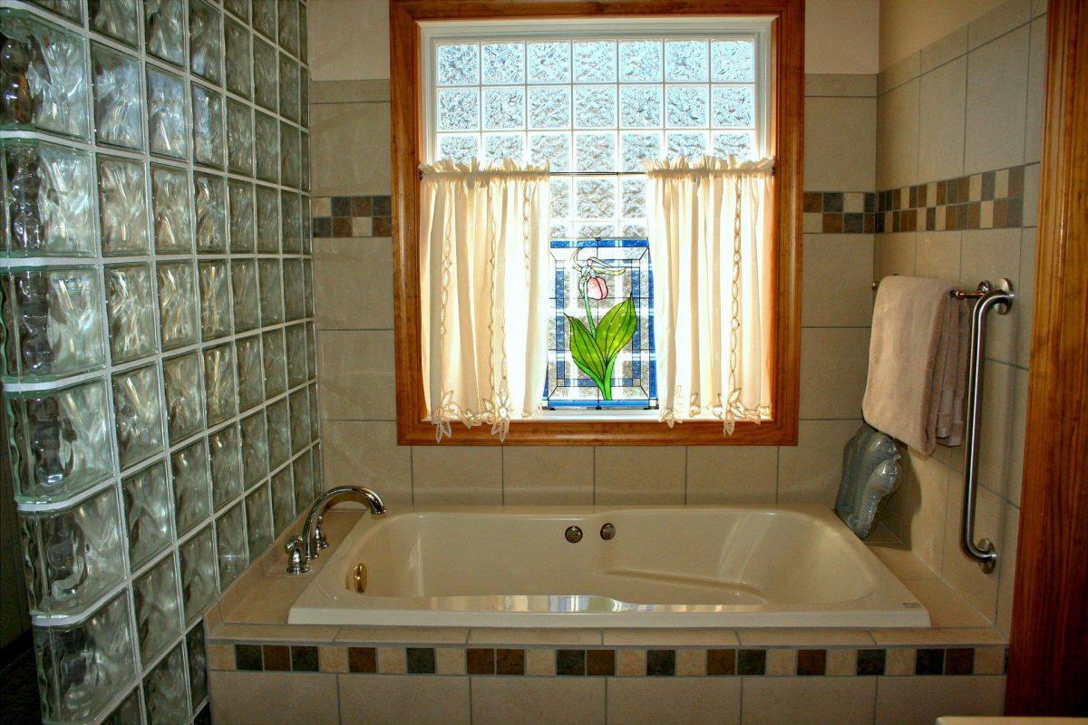 Tips On Choosing A Bathtub For The Elderly