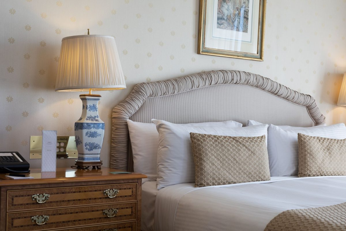 Tips To Guide One When Buying A Bedside Table.