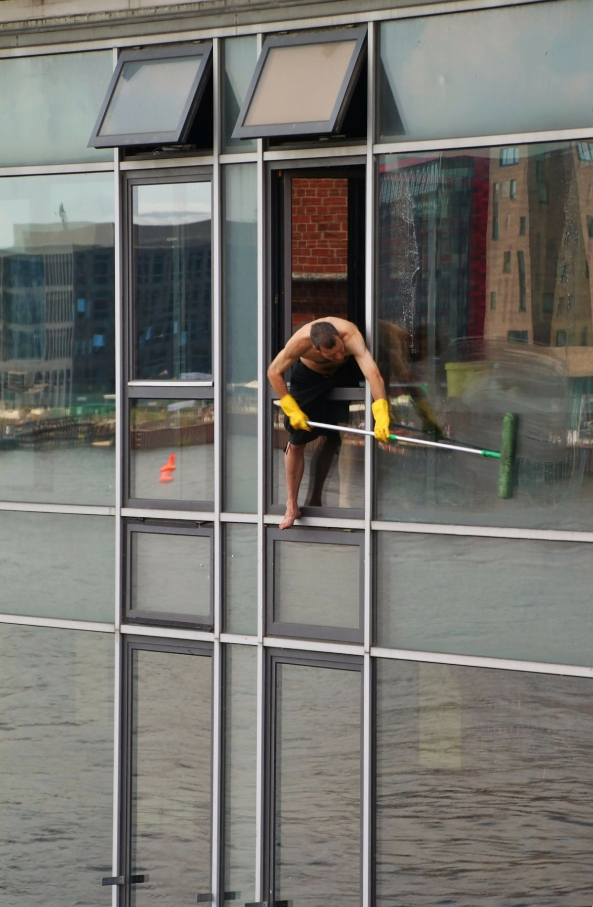 The Advantages Of Calling The Best Window Cleaners Chicago Company Offers